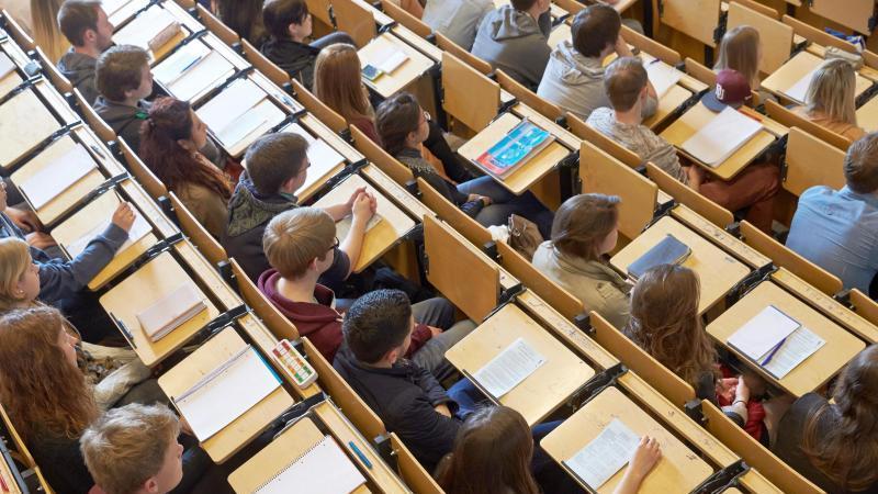 Studenten sitzen im Hörsaal. Foto: Thomas Frey/dpa/Archivbild/dpa