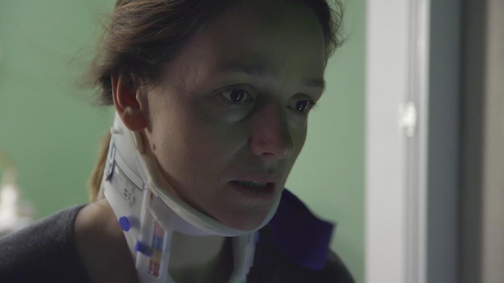 Jenny sitzt am geöffneten Krankenhaus-Fenster.