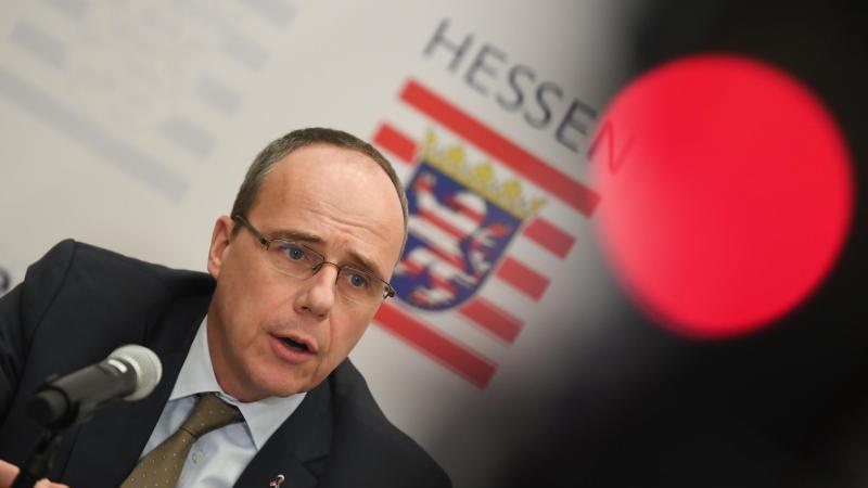Peter Beuth (CDU), Innenminister des Landes Hessen, spricht während einer Pressekonferenz. Foto: Arne Dedert/dpa