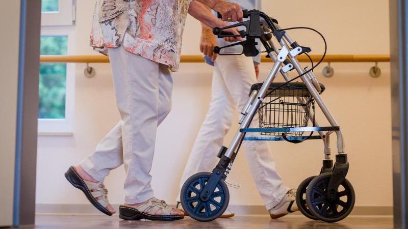 Pflegebedürftige müssen für die Betreuung im Heim immer mehr aus eigener Tasche zuzahlen. Foto: Christoph Schmidt/dpa