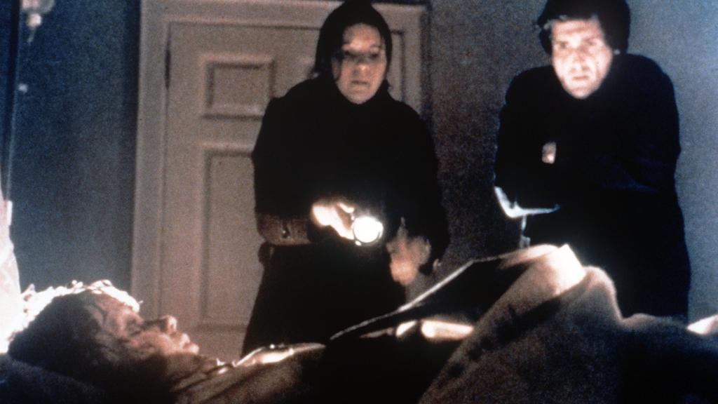 """Das Mädchen Regan (Linda Blair) liegt in dem Kinofilm """"Der Exorzist - Director's Cut"""" regungslos auf ihrem Bett (Szenenfoto). Das 12-jährige Kind der Schauspielerin Chris MacNeil ist von einem unheimlichen Dämonen besessen, was sich zumeist in abnorm"""