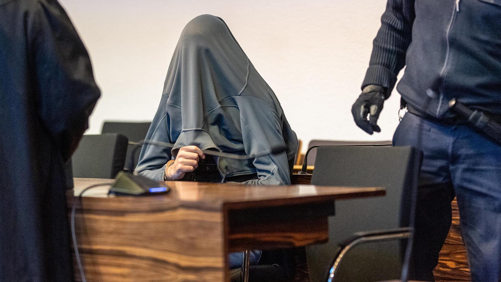 Wegen hundertfachen sexuellen Kindesmissbrauchs ist ein ehemaliger Betreuer von Pfadfindern zu acht Jahren Gefängnis verurteilt worden.