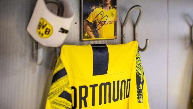 BVB-Trikots in der Mannschaftskabine. Foto: Guido Kirchner/dpa/Archivbild