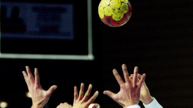 Ein Handball-Spiel. Foto: Boris Roessler/dpa/Symbolbild