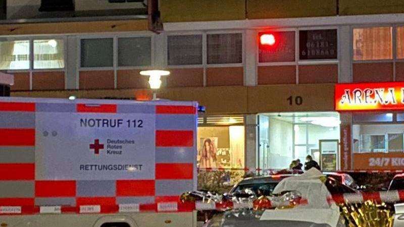 Ein Auto ist mit Thermofolie abgedeckt, neben dem Wagen liegen Glassplitter, Rettungskräfte sind im Einsatz. Foto: Heiko Hahnenstein/Wiesbaden112/dpa