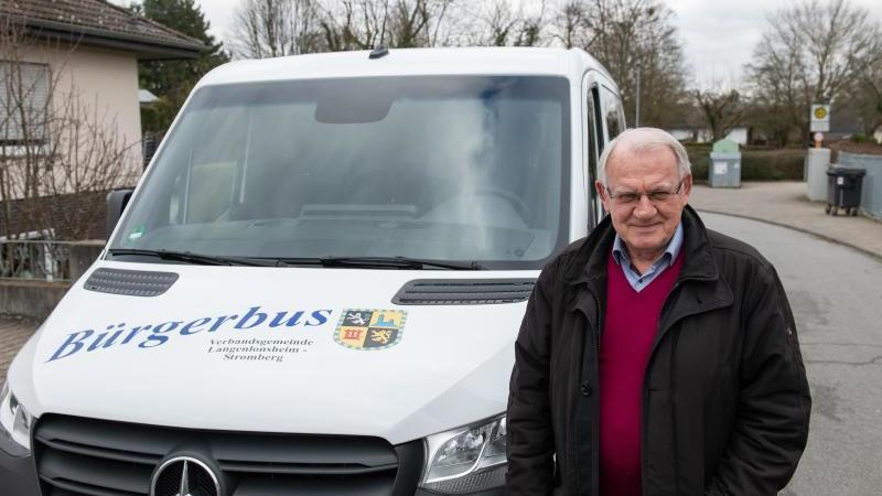 Ralph Hintze, Erfinder des Systems Bürgerbus, steht vor seinem Bürgerbus. Foto: Silas Stein/dpa