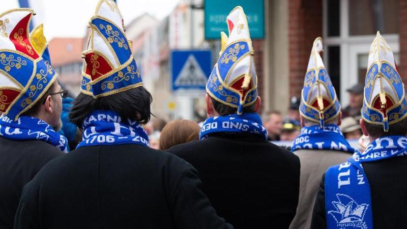 Karnevalisten ziehen durch die Innenstadt. Foto: Daniel Schäfer/dpa/Archivbild