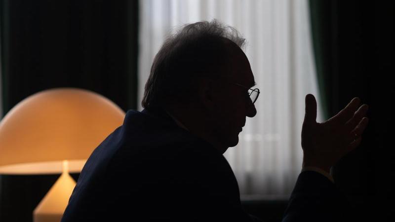 Reiner Haseloff (CDU), Ministerpräsident des Landes Sachsen-Anhalt, zeigt sich tief betroffen über die Hanauer Gewalttaten. Foto: Klaus-Dietmar Gabbert/dpa/Archivbild