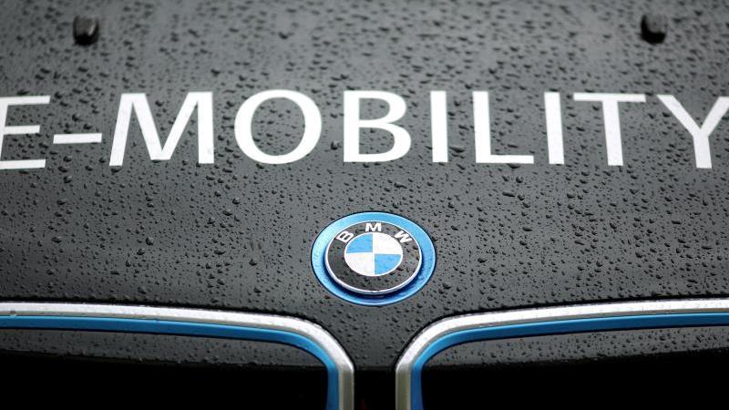 """""""E-Mobility"""" steht auf einem elektrisch angetriebenen BMW i3. Foto: Jan Woitas/dpa-Zentralbild/dpa/Archivbild"""
