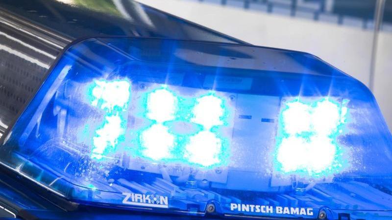 SYMBOLFOTO - Ein Blaulicht leuchtet am auf dem Dach eines Polizeiwagens. Foto: Friso Gentsch/dpa/Archivbild