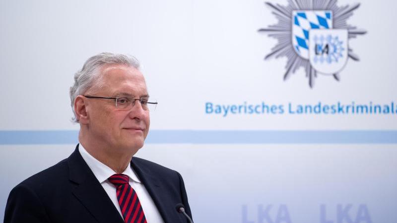 Joachim Herrmann (CSU), Innenminister von Bayern, nimmt im bayerischen Landeskriminalamt an einer Pressekonferenz teil. Foto: Sven Hoppe/dpa/Archivbild