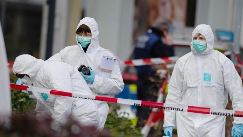 Drei Mitarbeiter der Spurensicherung betreten einen Tatort in Kesselstadt. Foto: Dorothee Barth/dpa/Archivbild