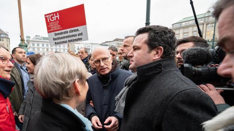 Hubertus Heil (SPD, r.), stellvertretender Bundesvorsitzender der SPD, bei derGedenkveranstaltung. Foto: Daniel Reinhardt/dpa