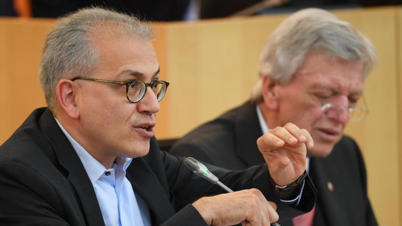Tarek Al-Wazir (Grüne, l), Witschaftsminister des Landes Hessen, hält eine Rede. Foto: Arne Dedert/dpa/Archivbild