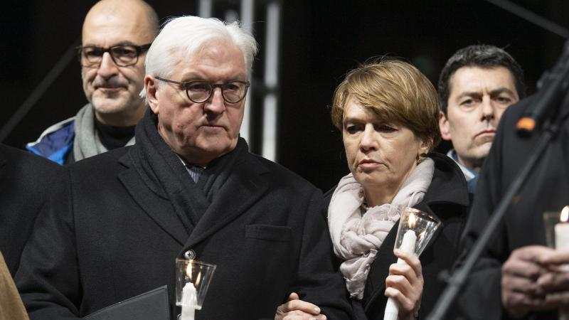 F.-W. Steinmeier (2.v.l), Bundespräsident, und seine Frau E. Büdenbender (2.v.r) halten Kerzen. Foto: Boris Roessler/dpa