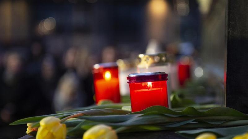 Blumen und Kerzen für die Opfer von Hanau. Foto: Dorothee Barth/dpa