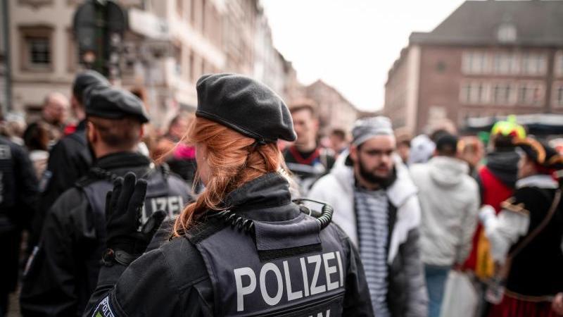 Die Polizei kontrolliert in der Düsseldorfer Altstadt. Foto: Fabian Strauch/dpa