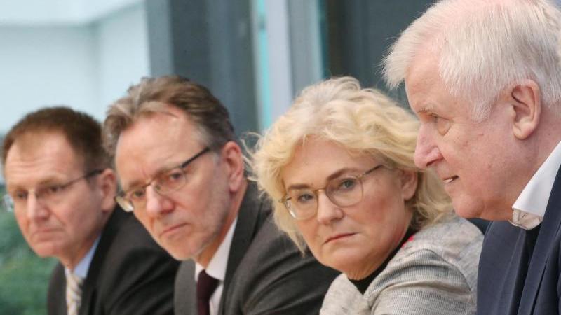 Horst Seehofer neben Justizministerin Lambrecht, BKA-Präsident Münch und Generalbundesanwalt Frank (r). Foto: Wolfgang Kumm/dpa