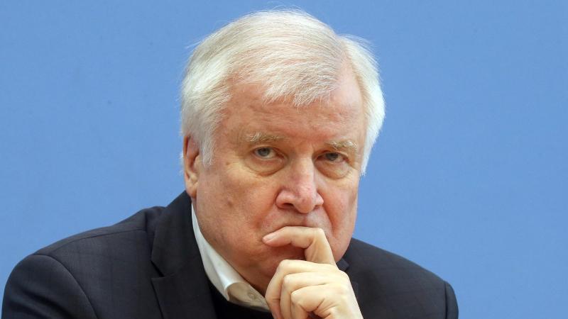 Horst Seehofer (CSU), Bundesinnenminister, äußert sich in der Bundespressekonferenz. Foto: Wolfgang Kumm/dpa