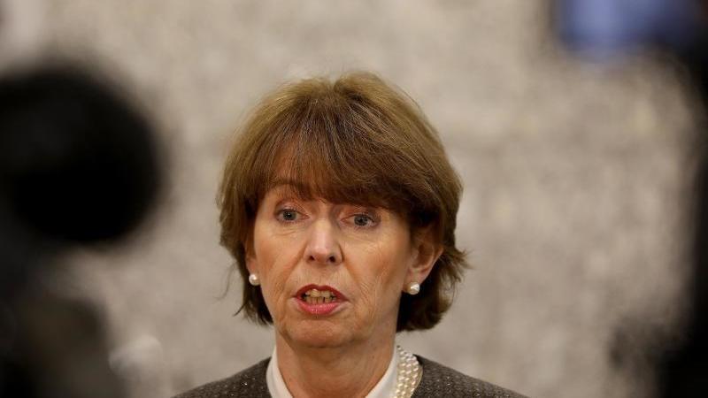 Henriette Reker, Oberbürgermeisterin von Köln, kommt zu einem Pressestatement. Foto: Oliver Berg/dpa/Archivbild