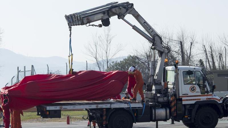 Rückschlag für Ferrari: Der Wagen von Sebastian Vettel musste nach Motorproblemen an den Haken genommen werden. Foto: Joan Monfort/AP/dpa