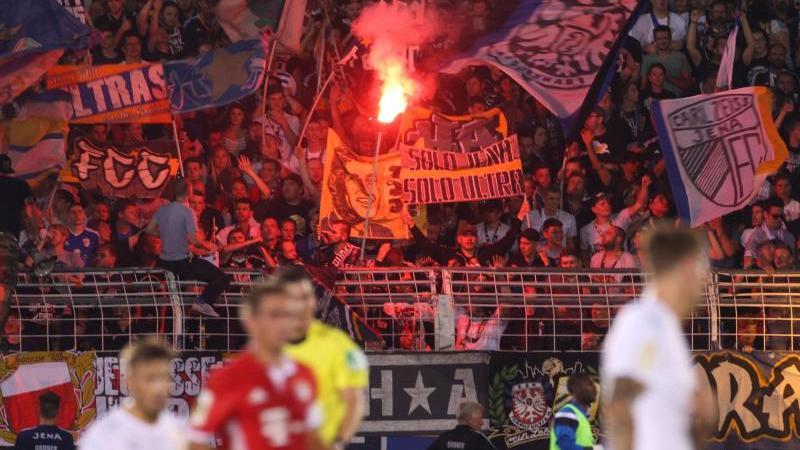 """(zu """"Pyrotechnik: Jena verklagt den DFB und sorgt für Novum""""). Foto: Sebastian Willnow/dpa-Zentralbild/dpa/Archivbild"""
