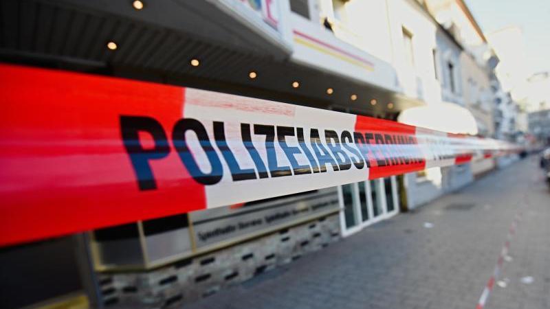 Ein Polizeiabsperrband hängt in der Nähe eines Tatortes des Hanauer Anschlags. Foto: Nicolas Armer/dpa