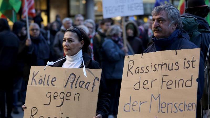 """Mit Plakaten nehmen Kölner Bürger an einer Kundgebung von """"Köln gegen Rechts"""" teil. Foto: Oliver Berg/dpa"""