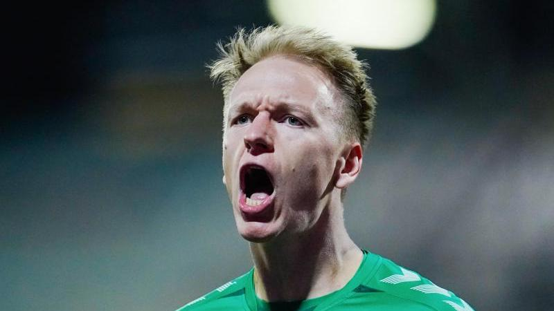 Fürths Torschütze Havard Nielsen jubelt über das Tor zum 1:1. Foto: Uwe Anspach/dpa