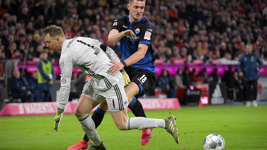 21.02.2020, xemx, Fussball 1.Bundesliga, FC Bayern Muenchen - SC Paderborn emspor, v.l. Manuel Neuer FC Bayern Muenchen und Dennis Srbeny SC Paderborn Zweikampf, Duell, Kampf, tackle und Tor zum1:1 DFL/DFB REGULATIONS PROHIBIT ANY USE OF PHOTOGRAPHS