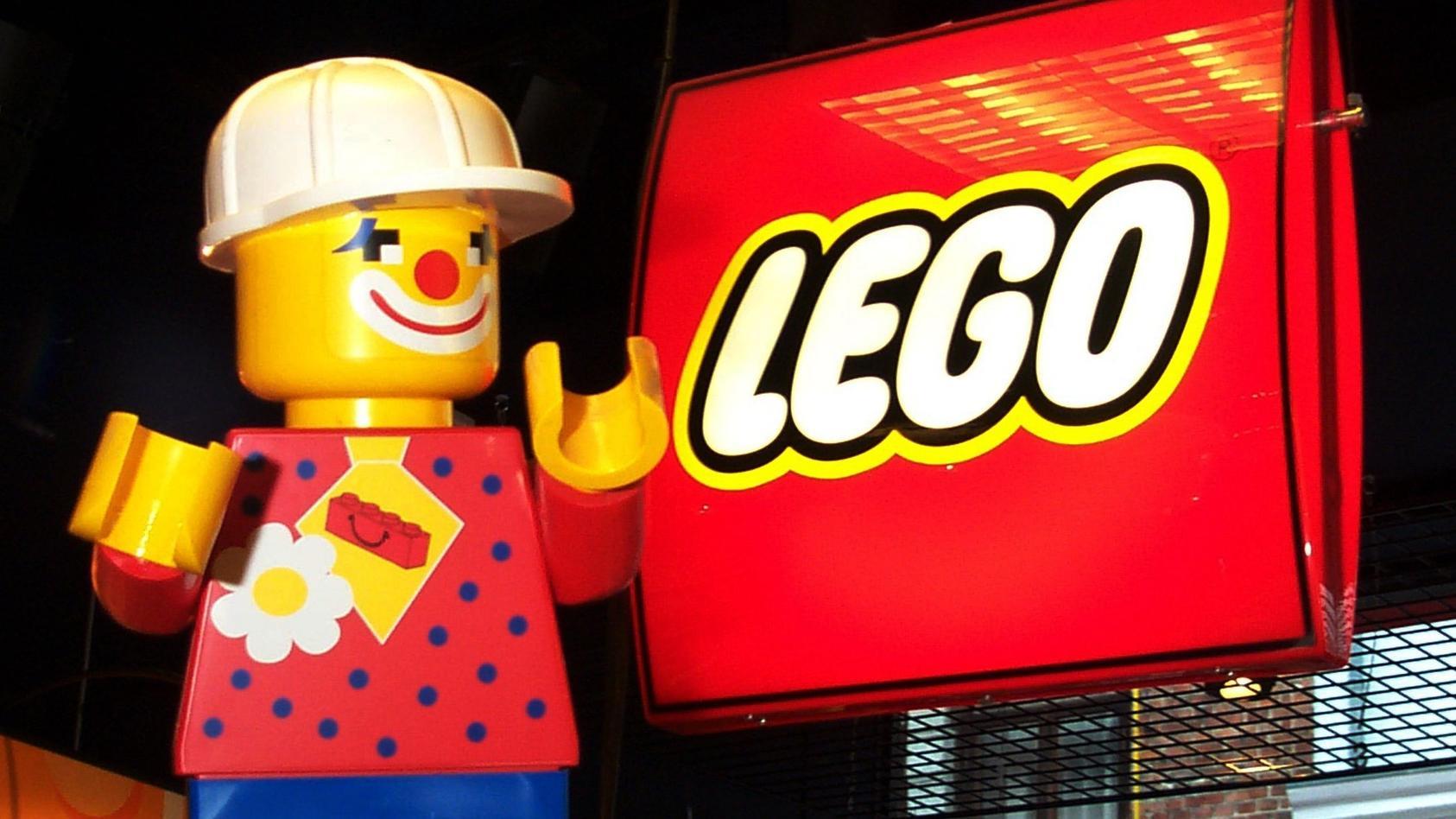 Der dänische Spielzeugkonzern Lego und sein Logo.