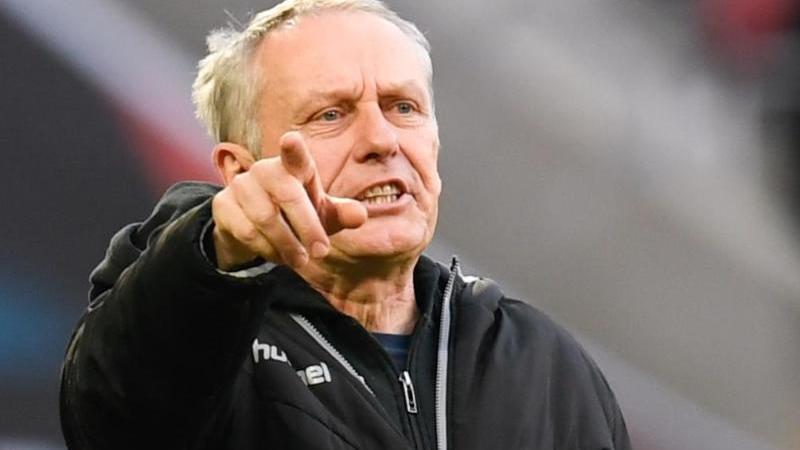 Freiburgs Trainer Christian Streich gestikuliert. Foto: Tom Weller/dpa/Archivbild