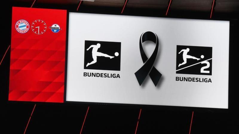 Mit Schweigeminute und Trauerflor bekunden alle Bundesliga-Clubs ihre Trauer um die Opfer des Anschlags von Hanau. Foto: Angelika Warmuth/dpa