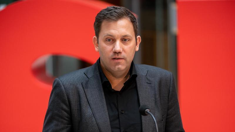 Lars Klingbeil spricht im Willy-Brandt-Haus. Foto: Michael Kappeler/dpa/Archivbild