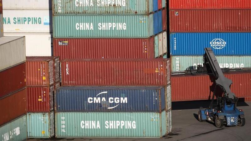 Export-Container im Hamburg Hafen. Volkswirten zufolge könnte die deutsche Industrie unter Lieferengpässen in Folge des Coronavirus aus China noch mehr leiden. Foto: Christian Charisius/dpa