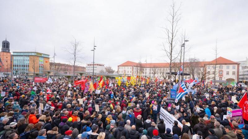 Demonstrierende auf dem Freiheitsplatz in Hanau. Foto: Andreas Arnold/dpa