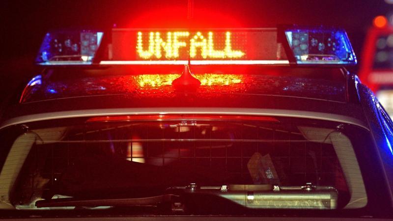 """Der Schriftzug """"Unfall"""" leuchtet auf einem Streifenwagen. Foto: Stefan Puchner/dpa/Archivbild"""