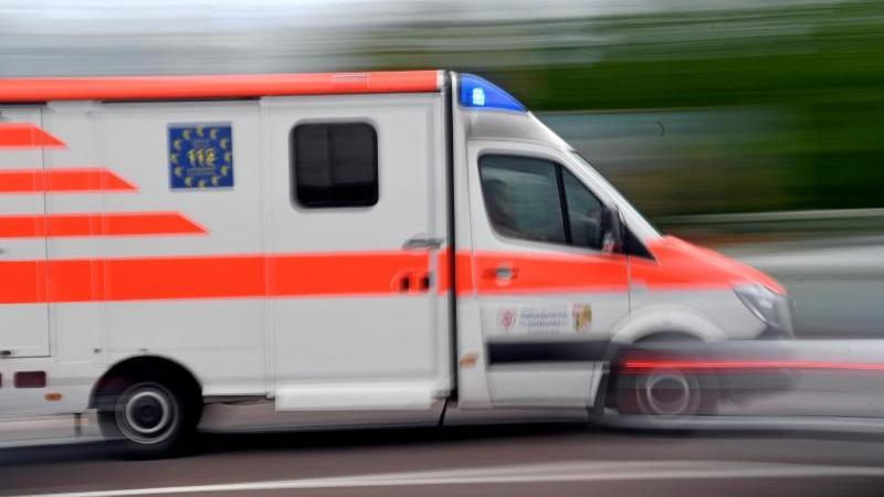 Ein Krankenwagen fährt mit Blaulicht über eine Straße. Foto: Hendrik Schmidt/zb/dpa/Archivbild