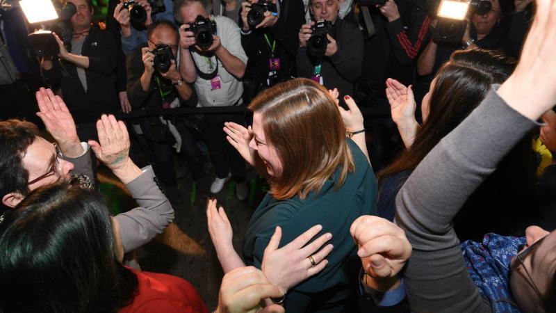 Katharina Fegebank (M) jubelt mit Grünen-Anhängern während einer Wahlparty. Foto: Daniel Bockwoldt/dpa