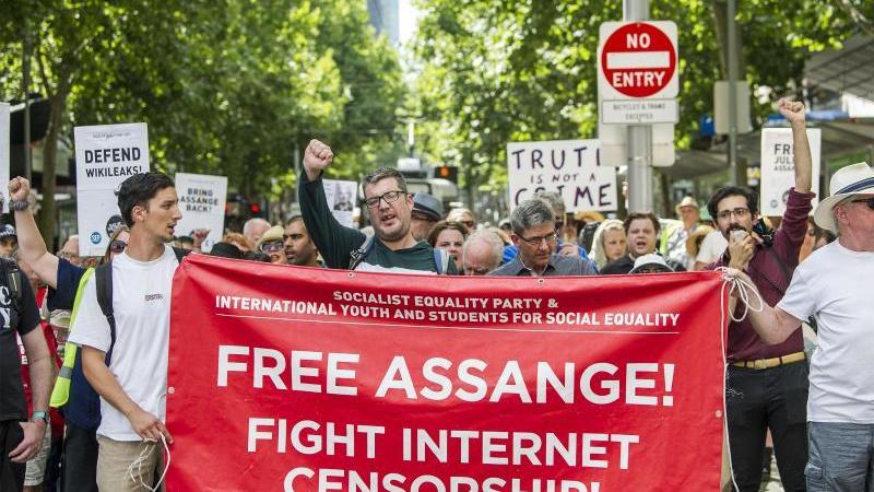 Anhänger des Wikileaks-Gründers Julian Assange demonstrieren in Melbourne gegen dessen Auslieferung an die USA. Foto: Pj Heller/ZUMA Wire/dpa