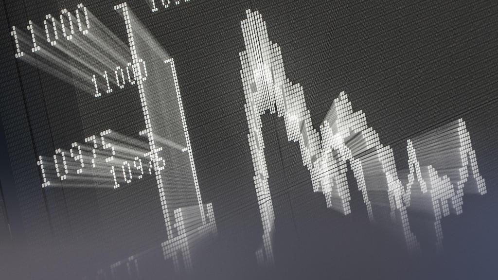 ARCHIV - 04.11.2015, Hessen, Frankfurt/Main: Die große Anzeigetafel zeigt im Handelssaal der Börse die Dax-Kurve (Aufnahem mit Zoom-Effekt). Der Südwestrundfunk plant für Das Erste eine Verfilmung des Steuerskandals rund um die sogenannten Cum-Ex-Ges