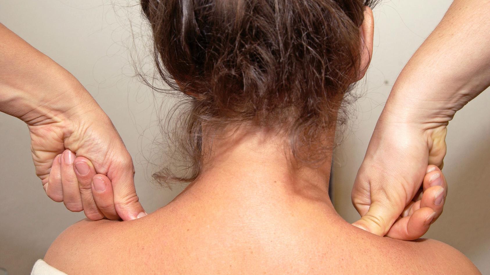 """Tuina bedeutet """"schieben und ziehen"""" - gemeint sind die virtuosen Griffe der traditionellen chinesischen Massage"""