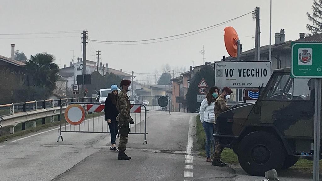 Frauen wollen den Ort Vo´in Italien verlassen, werden aber aufgehalten.