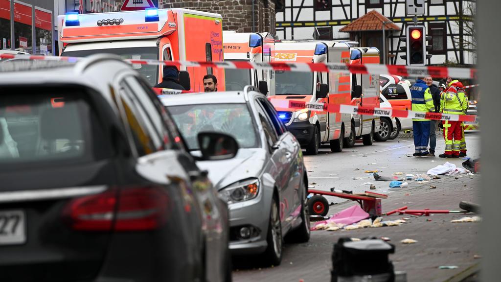 24.02.2020, Hessen, Volkmarsen: Die Unfallstelle in Volkmarsen mit dem Auto, das in einen Karnevalsumzug gerast sein soll. Nach ersten Meldungen sind mehrere Menschen verletzt worden, wie die Polizei mitteilte. Der Fahrer sei festgenommen worden, die