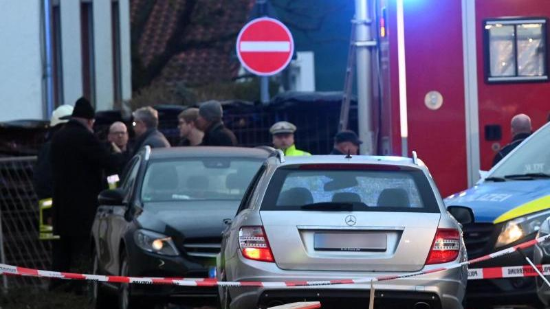 Diesen silbergrauen Mercedes hatte der Fahrer offenbar vorsätzlich in den Rosenmontagsumzug gesteuert. Foto: Uwe Zucchi/dpa