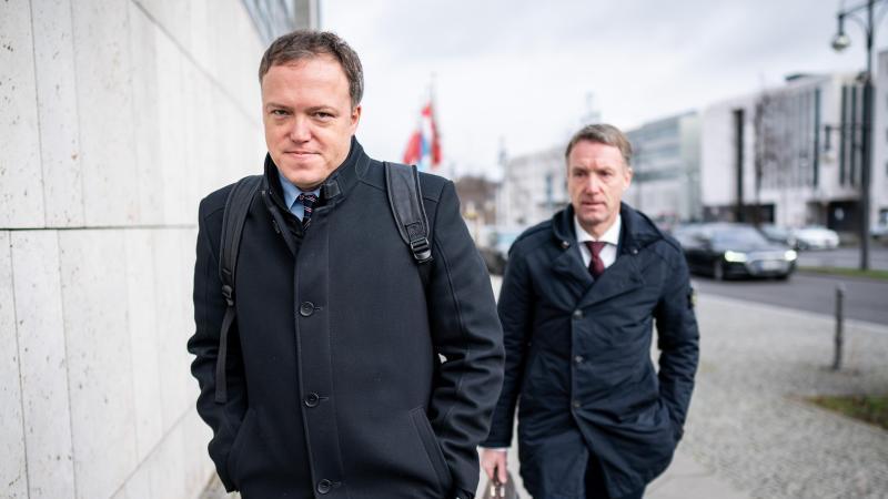 Der stellvertretende Thüringer CDU-Vorsitzende Mario Voigt (l.)und Generalsekretär Raymond Walk auf dem Weg zu den Sitzungen der CDU-Gremien. Foto: Michael Kappeler/dpa
