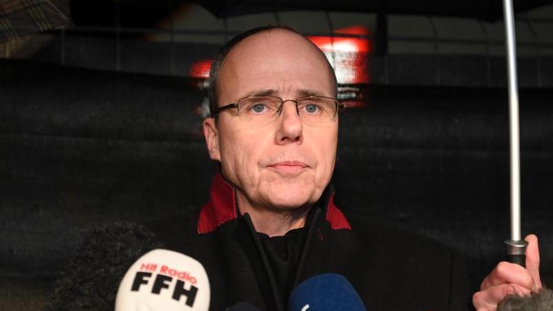 Peter Beuth (CDU) steht vor Mikrofonen. Foto: Uwe Zucchi/dpa