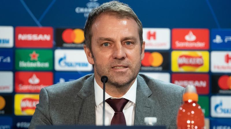 Trainer Hansi Flick von München sitzt bei einer Pressekonferenz auf dem Podium. Foto: Sven Hoppe/dpa