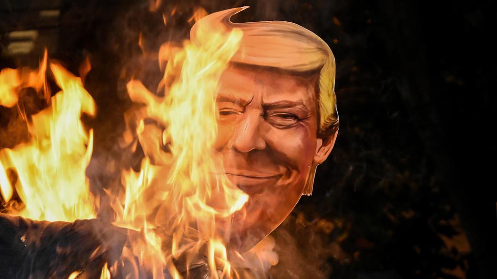 Papp-Nachbildung von Trump wird in Indien angezündet
