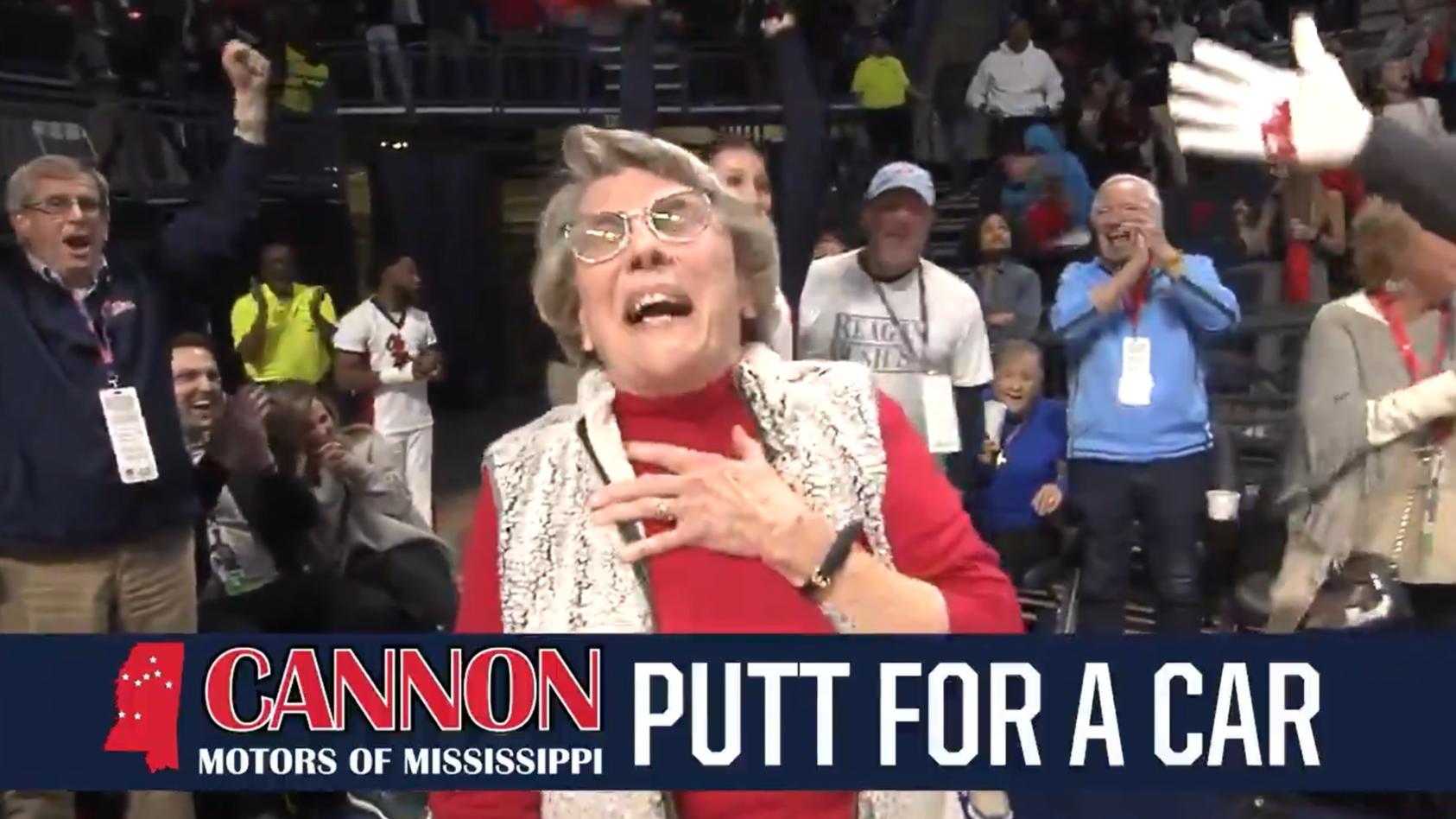 Völlig baff über ihren Gewinn: Die 86-jährige Mary Ann Wakefield trifft mit einem Golfball aus 28 Metern und gewinnt einen Neuwagen.